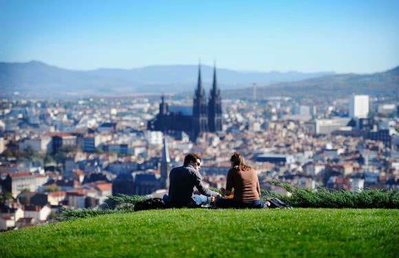 Clermont-Ferrand (63) - vue sur la ville depuis le parc Montjuzet