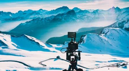 Photo d'une caméra face à la montagne