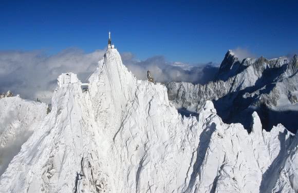 L'Aiguille du Midi, en arrière plan les Grandes Jorasses - massif du Mont Blanc (74)