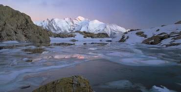Lac de montagne face au Mont Blanc (74)