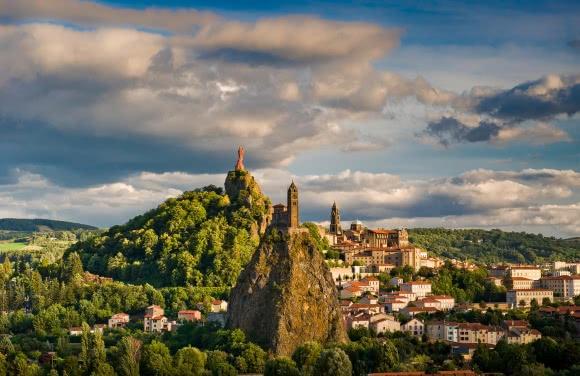 Le Puy-en-Velay (43) - chapelle Saint-Michel d'Aiguilhe et statue Notre-Dame-de-France
