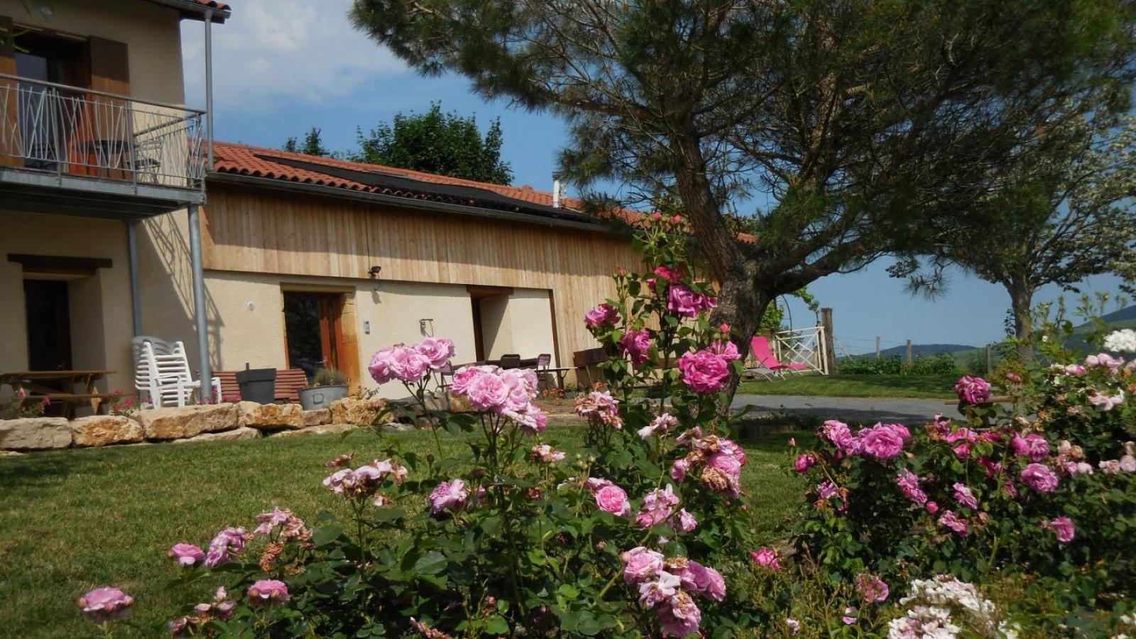 Chambres d'Hôtes des 2 Chênes à Bessenay (Rhône -Lyonnais) : le jardin commun.