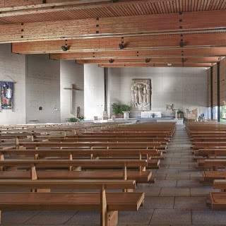 Vue intérieure de l'église Sainte-Bernadette d'Annecy