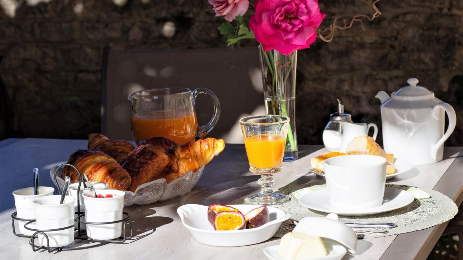 Chambres d'Hôtes 'Les 2 Tilleuls' à Lucenay dans le Beaujolais - Rhône : table de petits déjeuners.