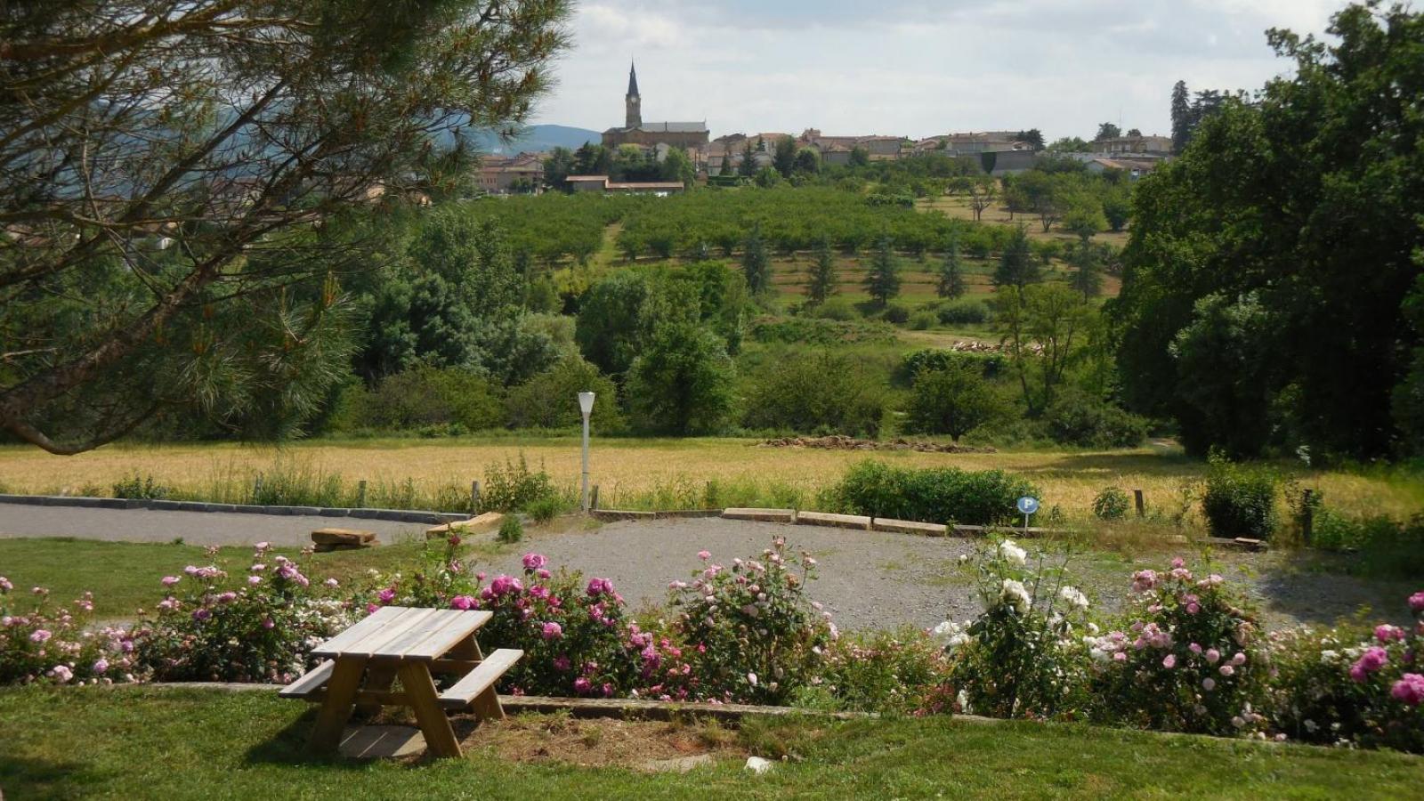 Chambres d'Hôtes des 2 Chênes à Bessenay (Rhône -Lyonnais) : vue depuis le jardin.