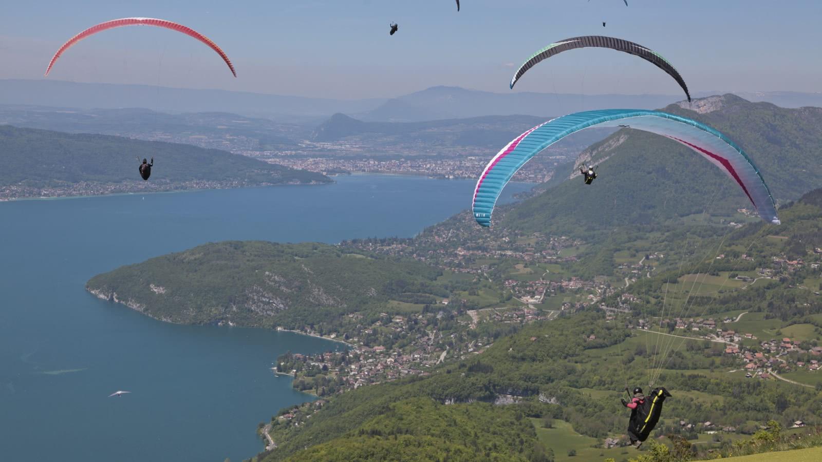 Ambiance sportive : décollages de parapente au Col de la Forclaz