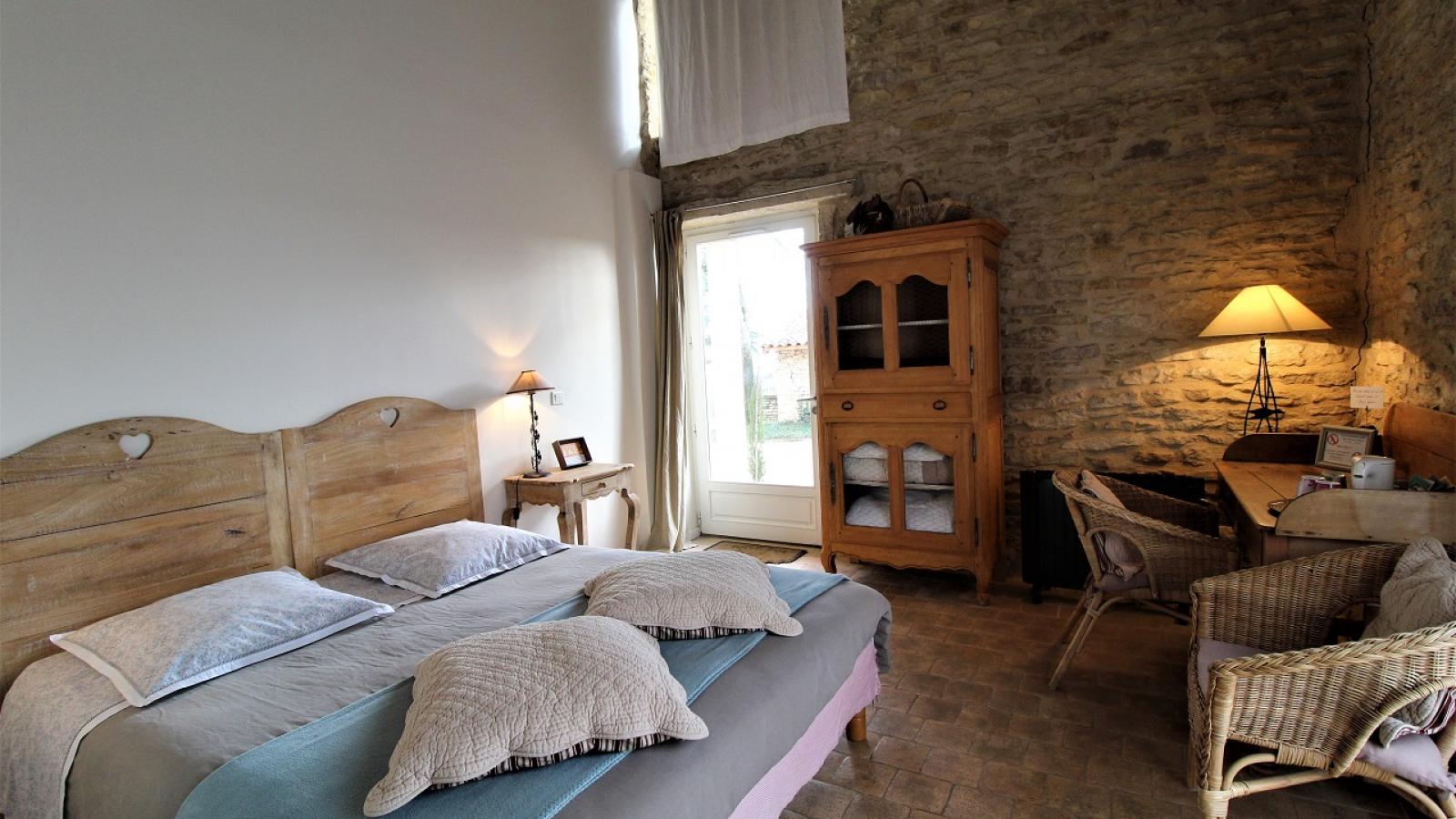Chambres d'hôtes 'Le Clos de Pomeir' à Pommiers (Rhône, Beaujolais, proximité de Villefranche-sur-Saône) : la Chambre 'Naturelle' -rez-de-chaussée.