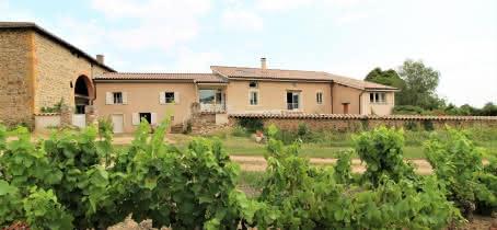 Maison d'hôtes 'LORCA', Le Perréon (Rhône - Beaujolais - Nord de Villefranche s/Saône) : la maison dans son environnement.