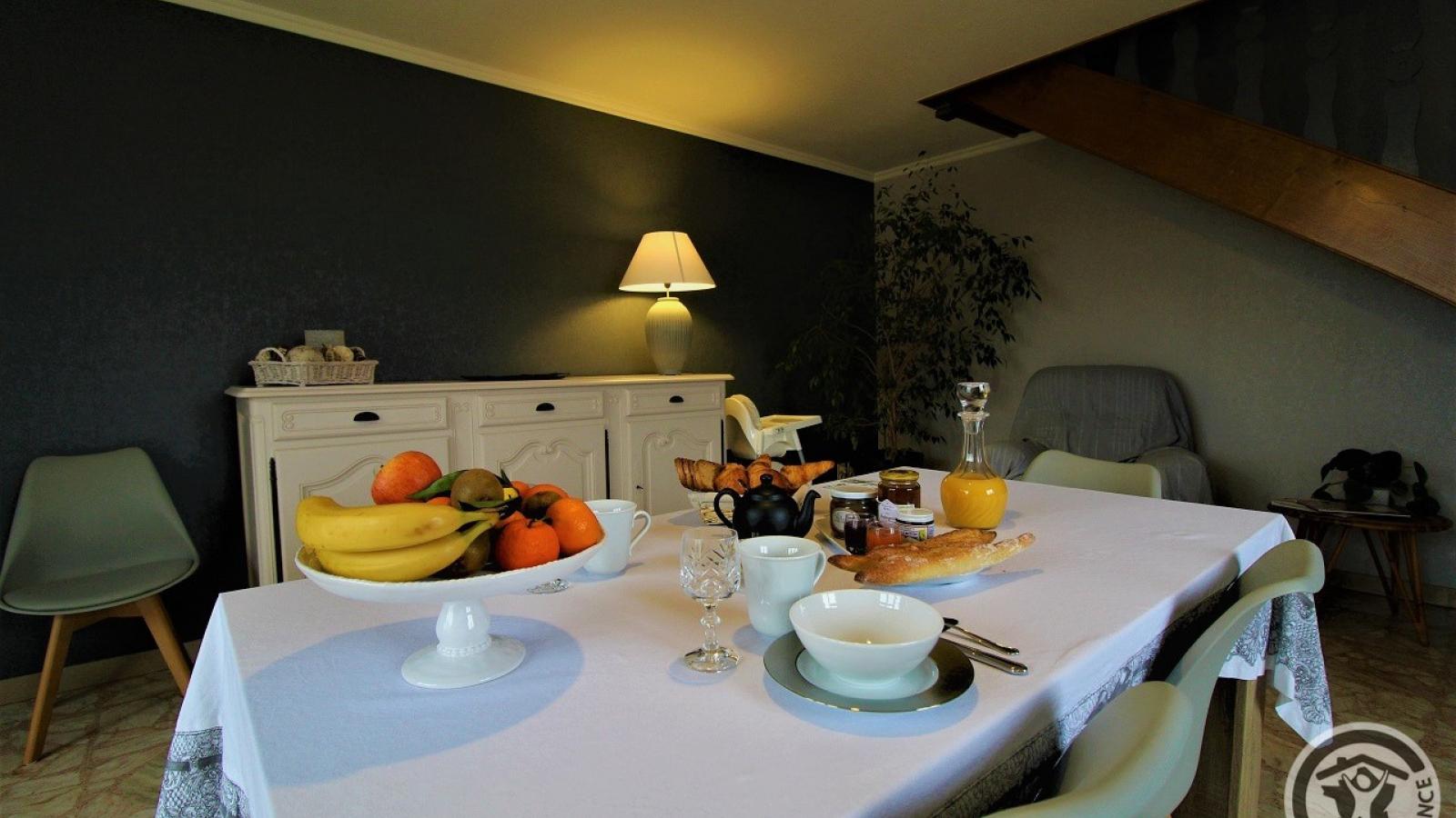 Chambres d'Hôtes 'Au Domaine de Robert' à Fleurie dans le Beaujolais - Rhône : table dressée.