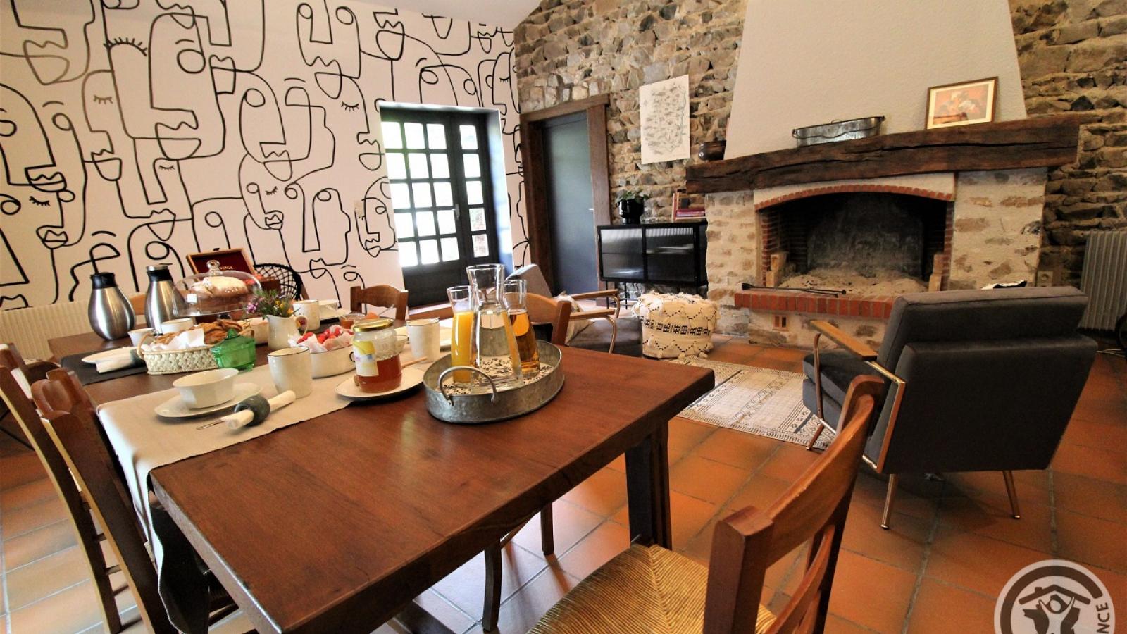 Chambres d'Hôtes 'Domaine de Romarand' à Quincié-en-Beaujolais, dans le Rhône : Coin repas dans la pièce réservée aux hôtes.