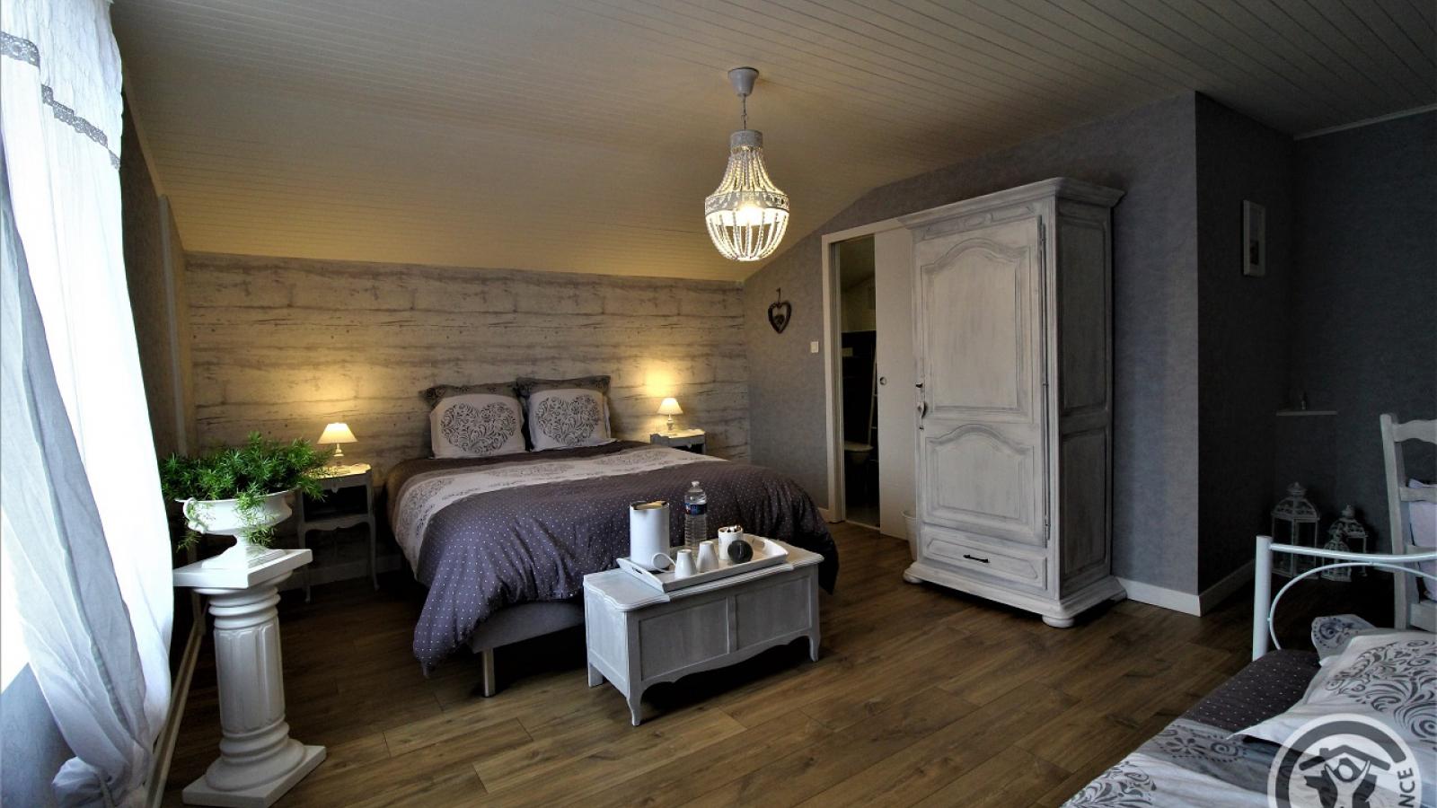 Chambres d'Hôtes 'Au Domaine de Robert' à Fleurie dans le Beaujolais - Rhône : Chambre d'Hôtes 'Houillette' pour 3 personnes.