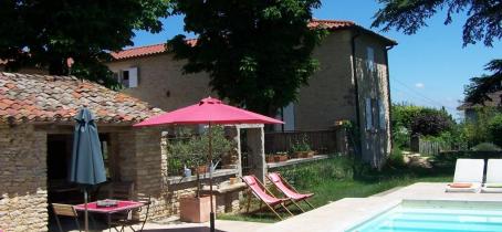 Chambres d'hôtes 'Le Clos de Pomeir' à Pommiers (Rhône, Beaujolais, proximité de Villefranche-sur-Saône) : farniente et vue panoramique au bord de la piscine.