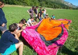Ecole de parapente sur l'aire d'atterissage de Lathuile