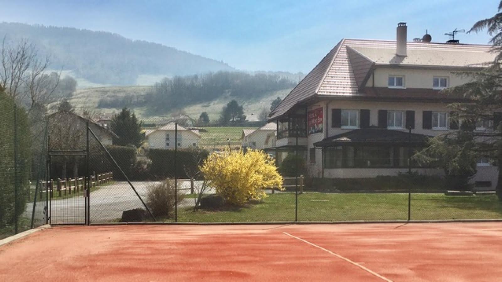 Hôtel et cours de tennis