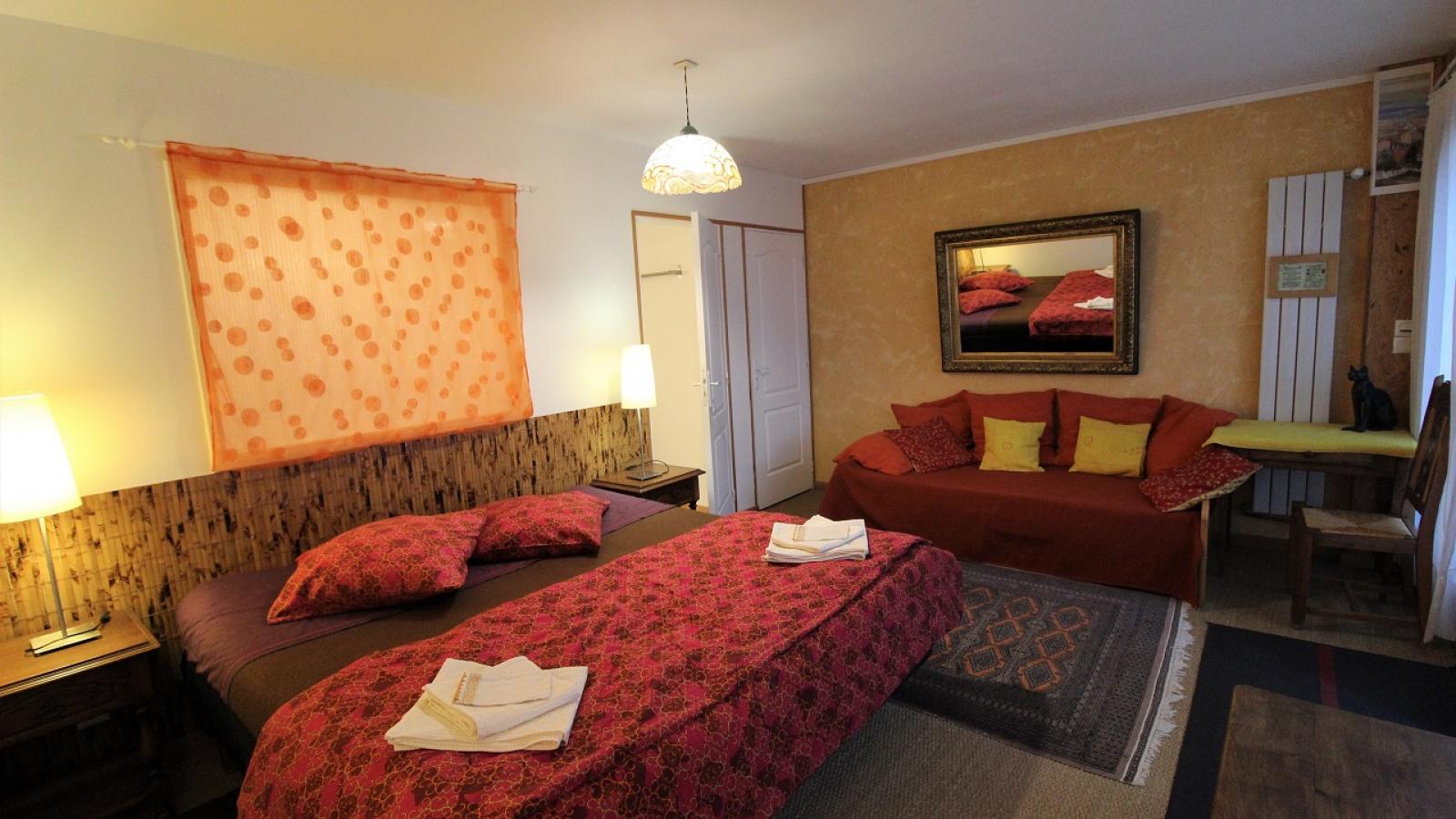 Chambres d'Hôtes 'Les Fées du Fay' à Marchampt dans le Beaujolais - Rhône : la Chambre 'Le Samovar' au rez-de-chaussée.