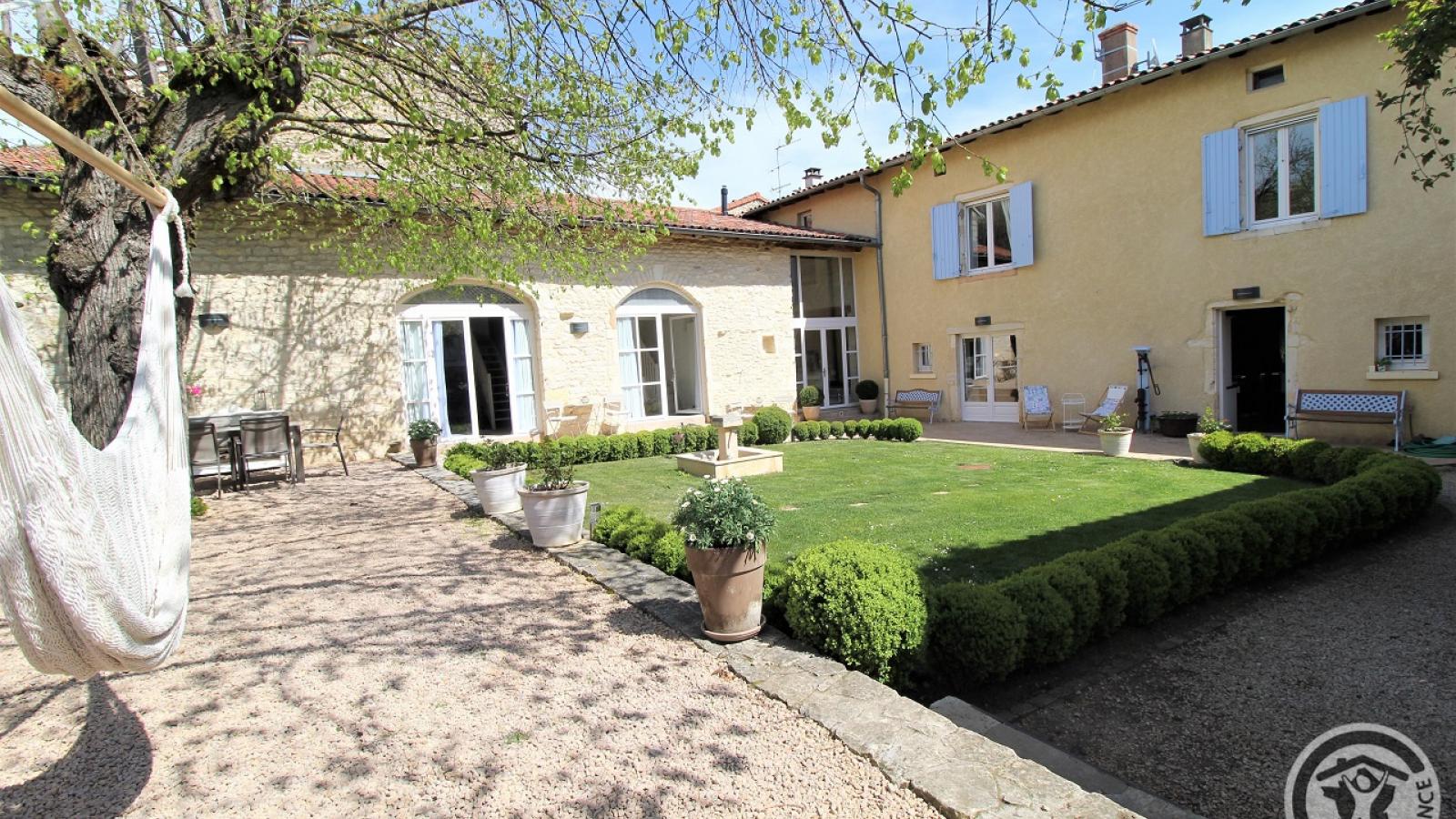 Chambres d'Hôtes 'Les 2 Tilleuls' à Lucenay dans le Beaujolais - Rhône : la maison et son jardin intérieur.