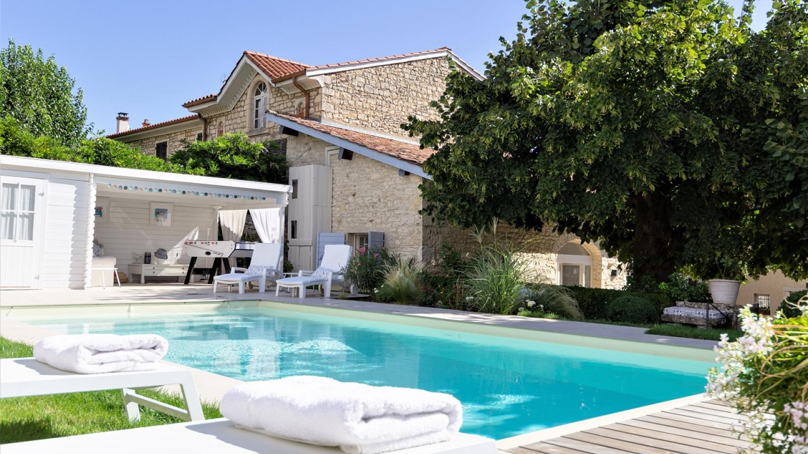 Chambres d'Hôtes 'Les deux Tilleuls' à Lucenay dans le Beaujolais - Rhône : la piscine dans le jardin en terrasse.